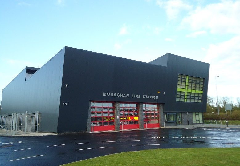 Monaghan Feuerwehr mit Compact Toren in Rot