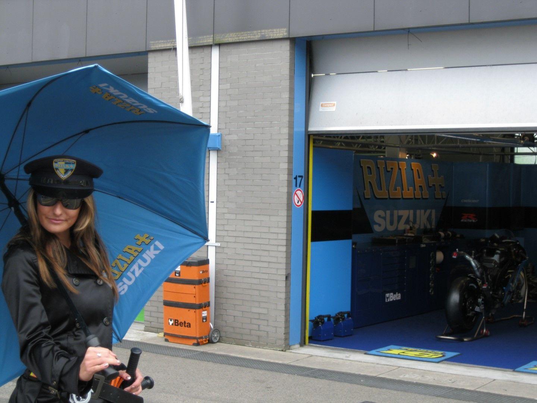 Vrouw staat voor de pitboxen op het TT Circuit Assen