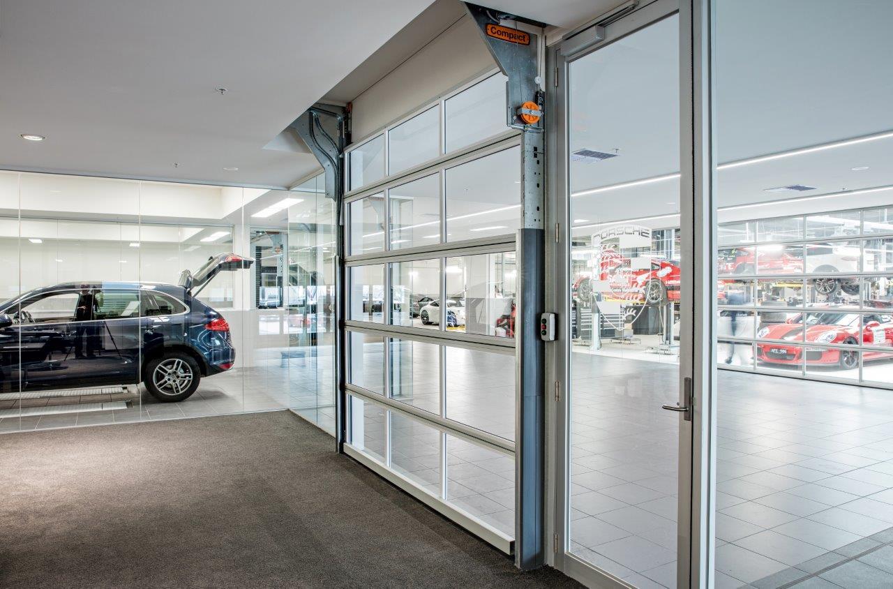 Volledig glazen deuren bij de Porsche dealer