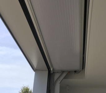 Platzsparendes Gewerbetor in die Decke eingearbeitet