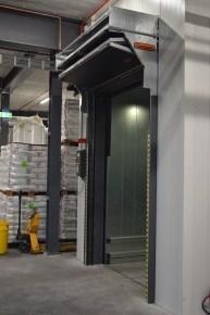 Aufzug von Flexitec mit einem Compact Tor als Aufzugstür