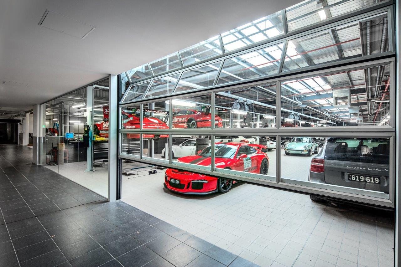 Der Compact-Händler Remax hat bei diesem Autohändler in Melbourne Falttore eingesetzt