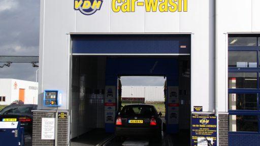 Car wash mit blauen Compact Toren vorne und hinten