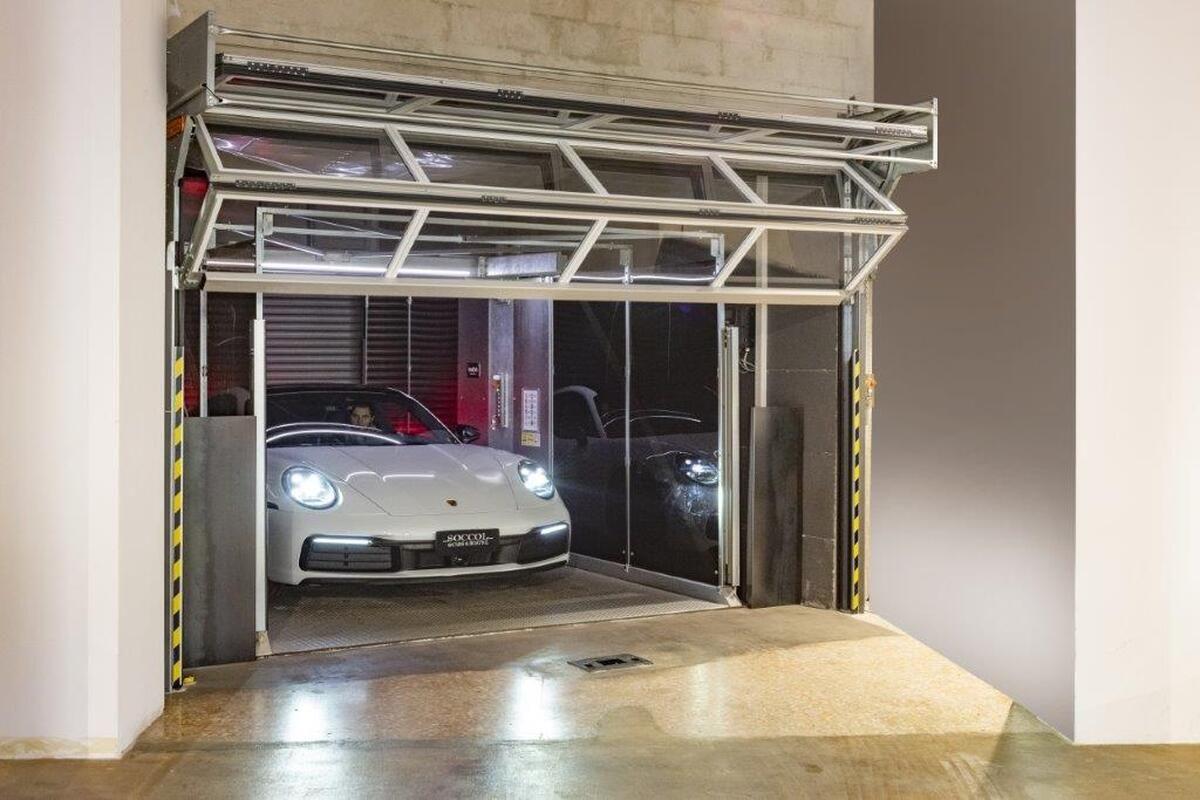 Porsche fährt aus dem Autolift das mit Compact Toren verschlossen wird