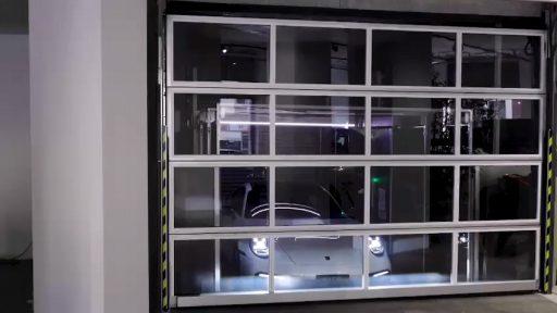 Compact Tor verschließt Ideal Park Autolift der einen Porsche transportiert