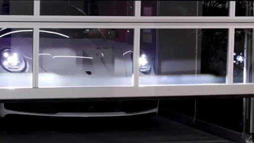Porsche im Aufzug