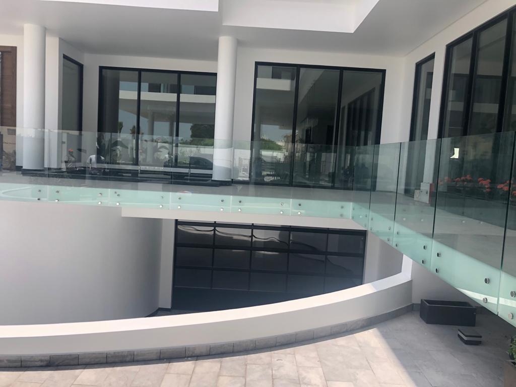 Janahi Villa im nahen Osten Bahrain Paramount mit Rolltor für die Garage
