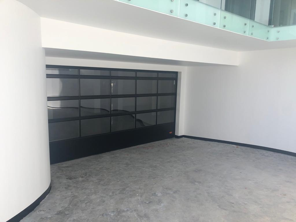 Janahi Villa im nahen Osten Bahrain mit Rolltor für die Garage