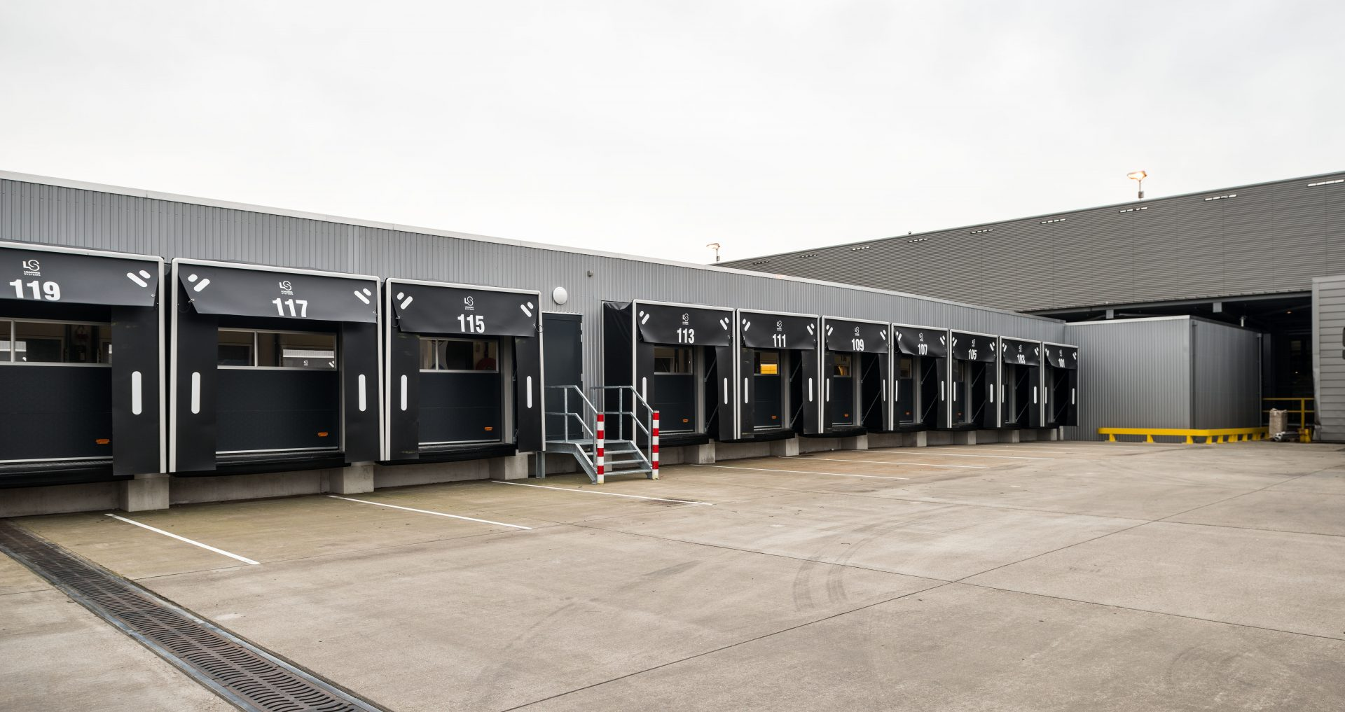 DHL distribution center with Compact doors