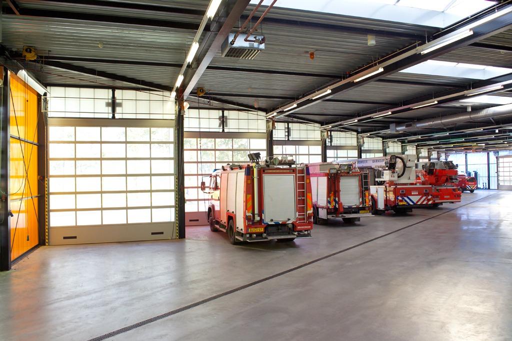 Compact folding doors in Barnevel firestation - full glass