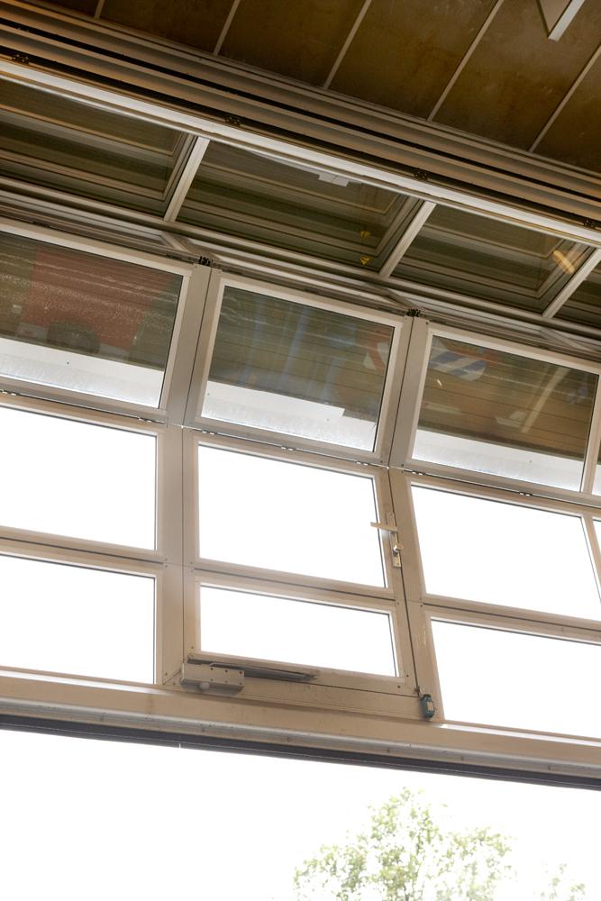 portes sectionnelles avec Portillon incorporé dans la porte Compact transparente