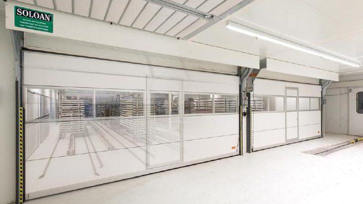 Les cabines de peinture Soloan sont équipées d'un portillon incorporé dans la porte Compact