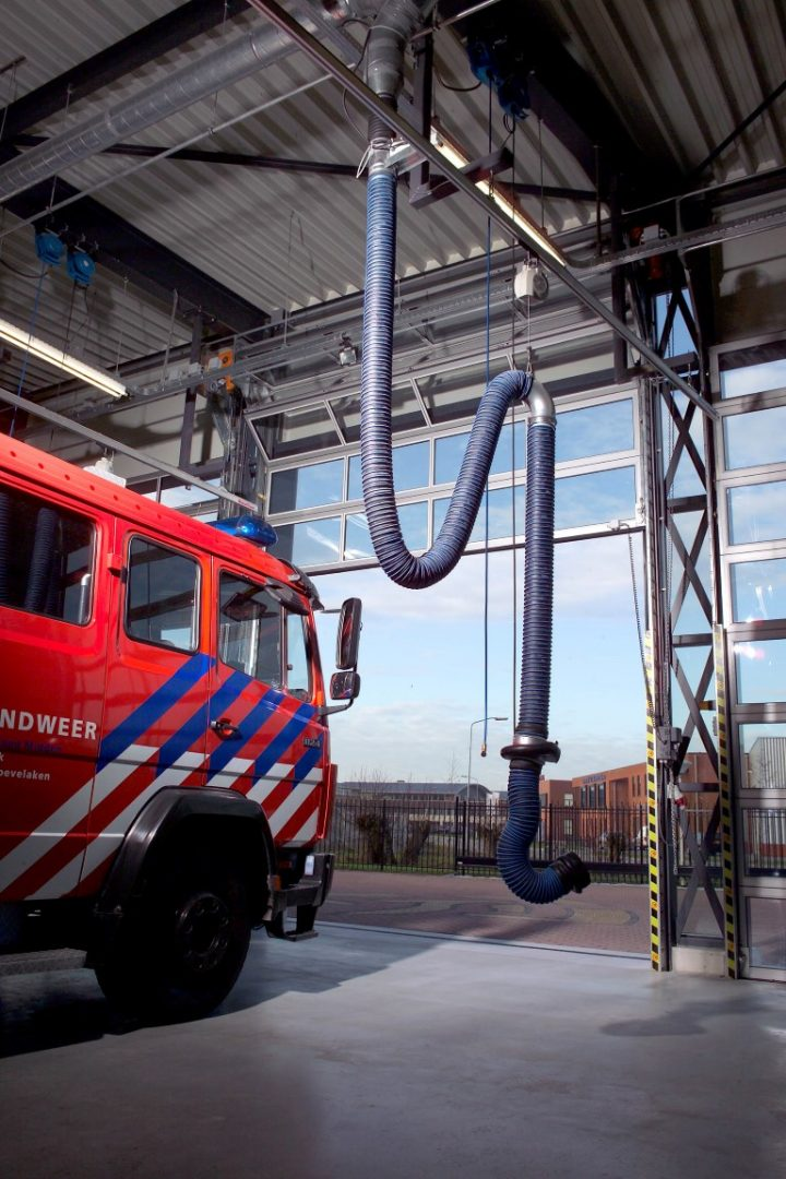 La caserne de pompiers de Hoevelaken s'appuie sur la porte empilable Compact