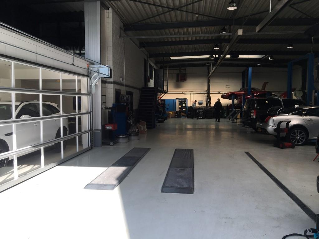 Portes Compact dans le garage du Landrover Adventure Den Bosch.