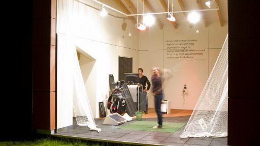 Le terrain de golf de Heilbronn opte pour la porte empilable Compact car elle s'adapte également aux plafonds en pente