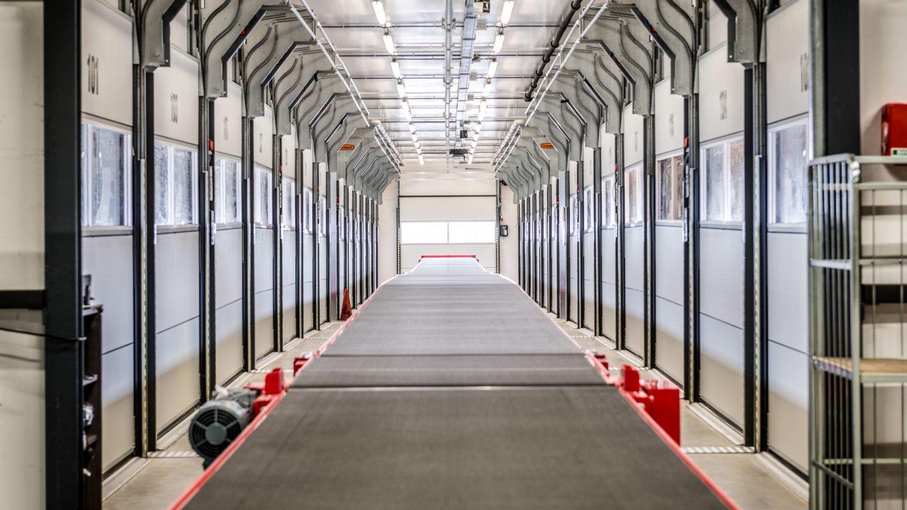 DHL Schiphhol avec portes empilables Compact dans le quai de chargement