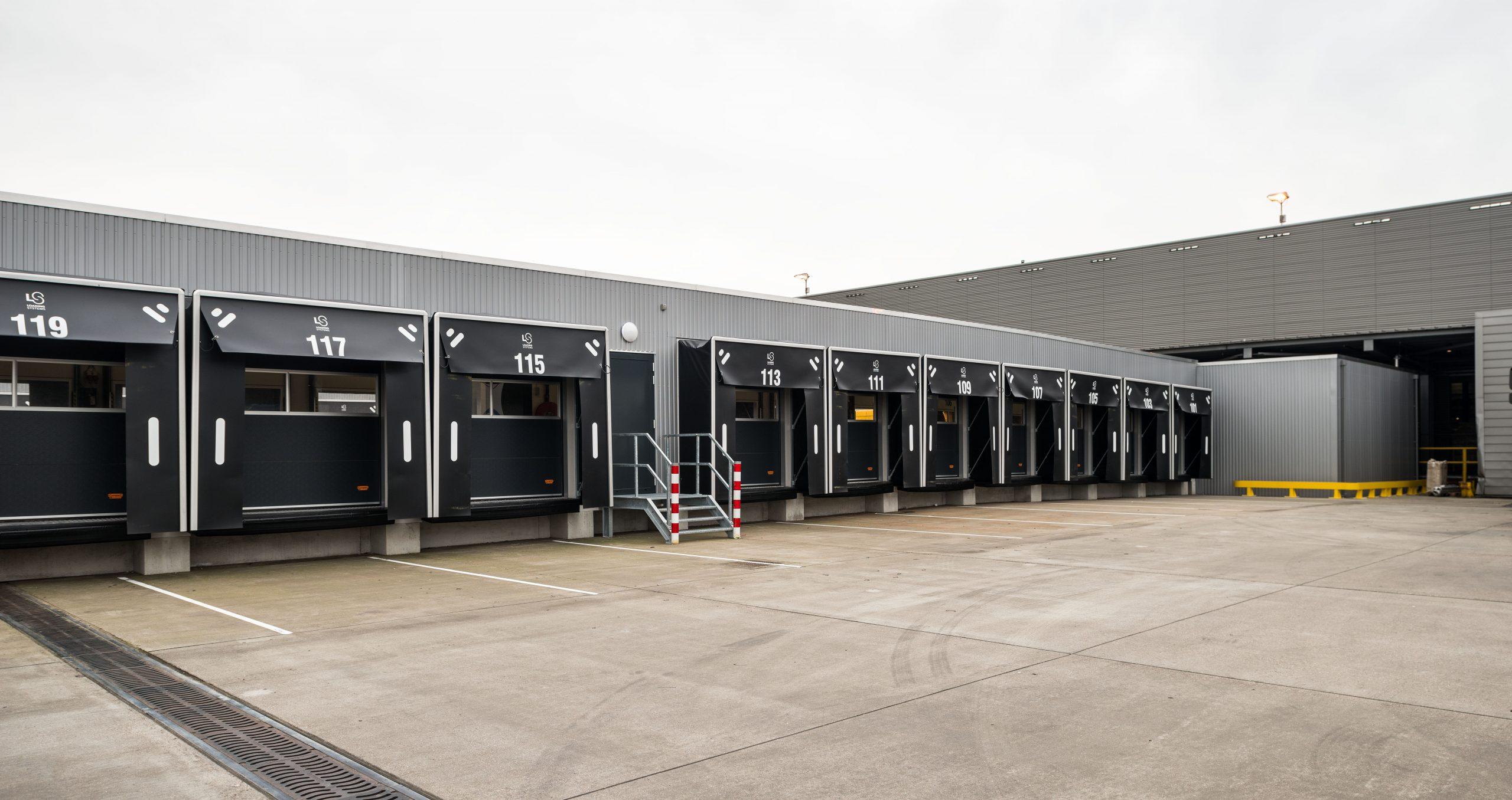 Le centre de distribution DHL opte pour des portes empilables Compact