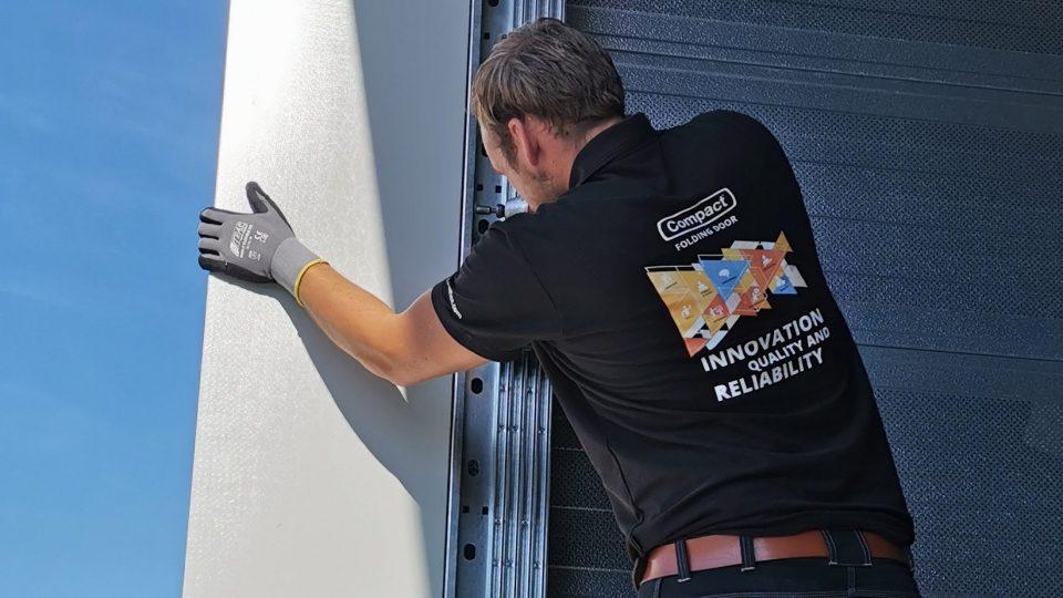 Installation facile de la porte empilable Compact
