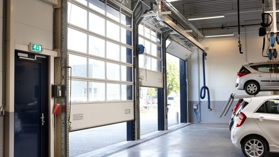 Concessionnaires Peugeot avec une porte empilable Compact dans l'atelier