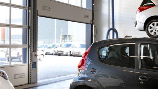 Les concessionnaires Peugeot utilisent des portes empilables Compact dans leur atelier automobile