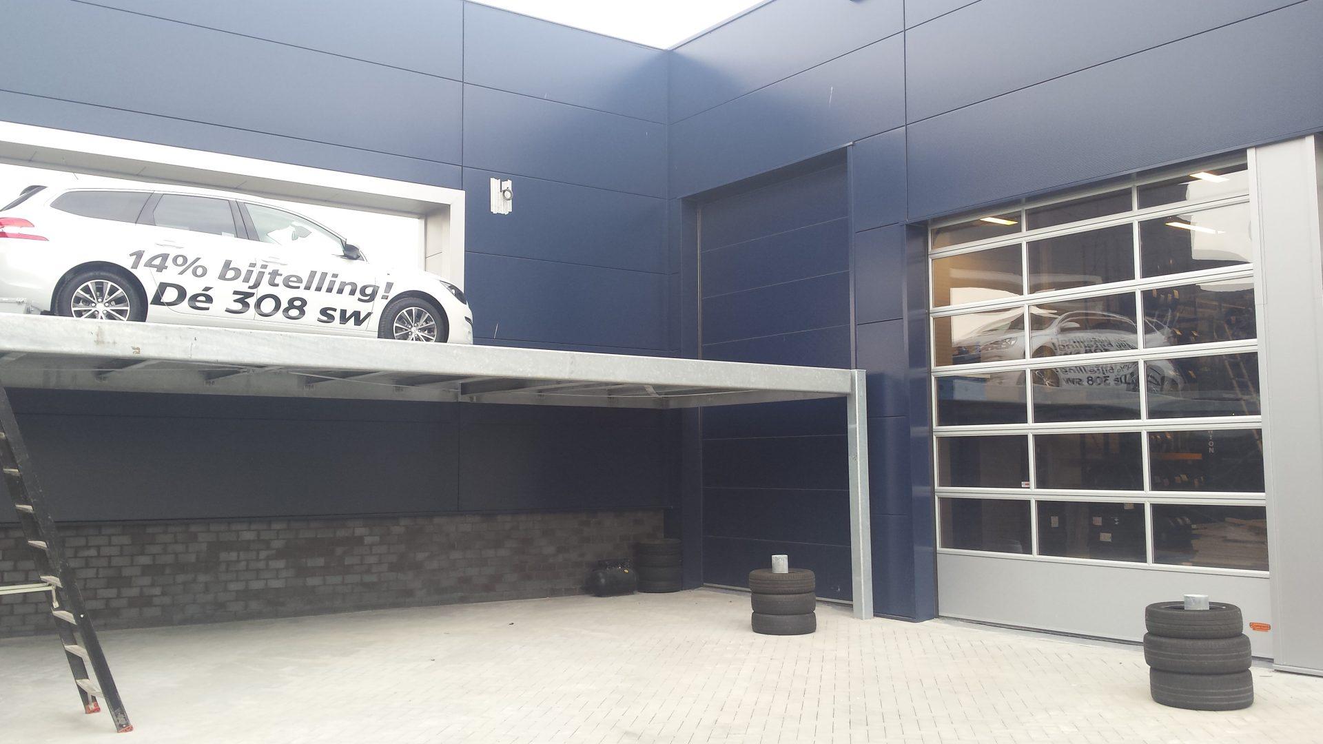 Peugeot Blue box avec ascenseur de voiture à l'extérieur