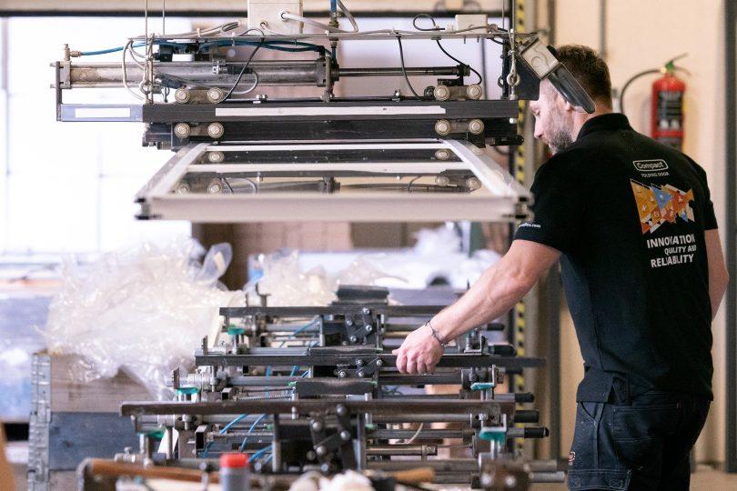 Production de panneaux de verre Porte empilable Compact chez Rolflex