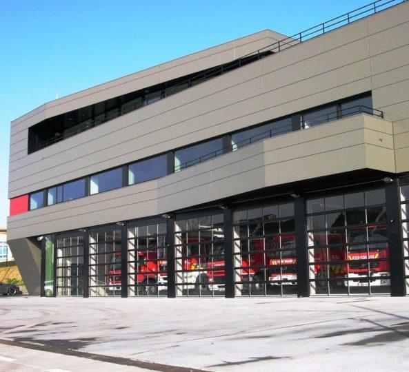 Caserne de pompiers Bornem avec portes empilables Compact