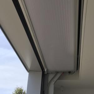 Porte industrielle peu encombrante intégrée au plafond