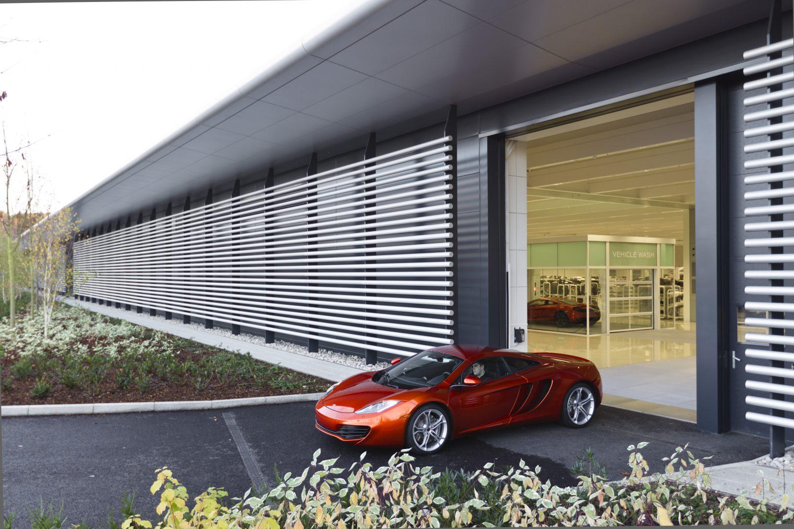 Le centre technologique McLaren opte pour des portes empilables Compact