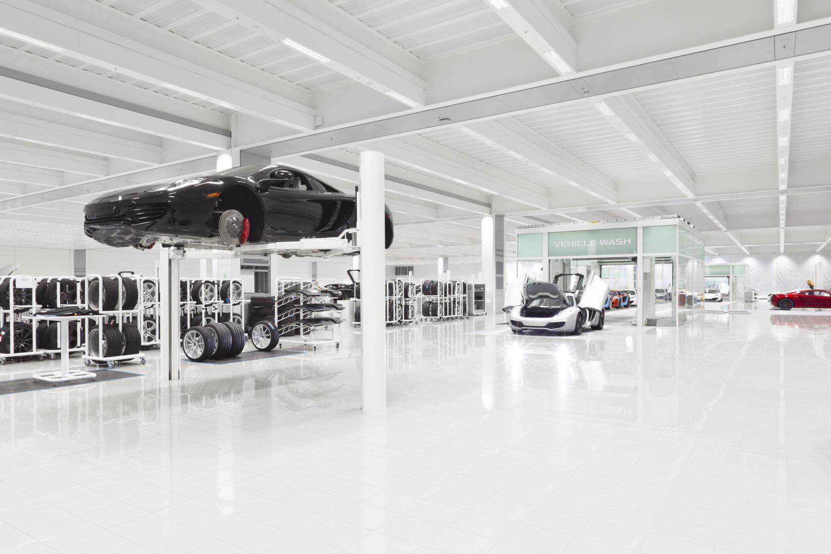 Hall de production McLaren avec portes empilables Compact