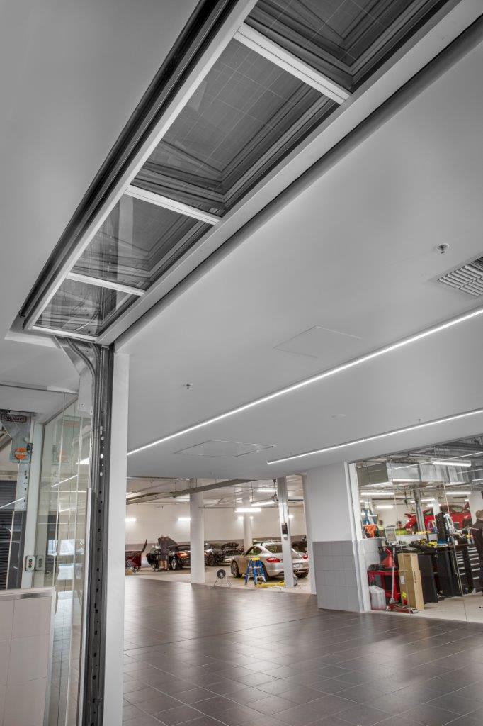 Porte empilable Compact entièrement intégrée au plafond.