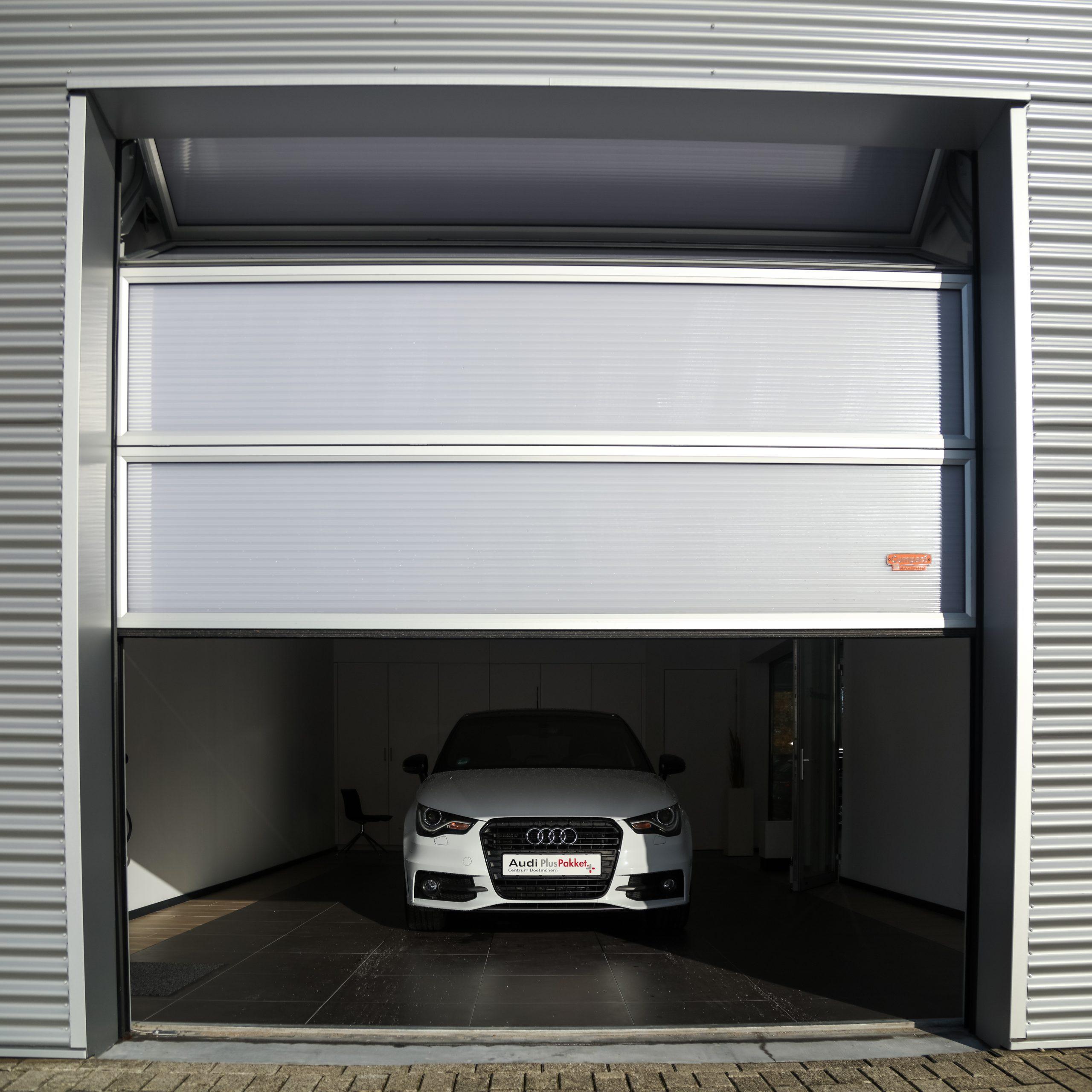 Porte de salle d'exposition avec panneaux translucides
