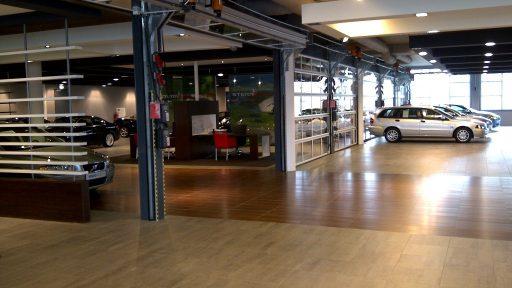 La cloison de séparation sépare la salle d'exposition du bureau