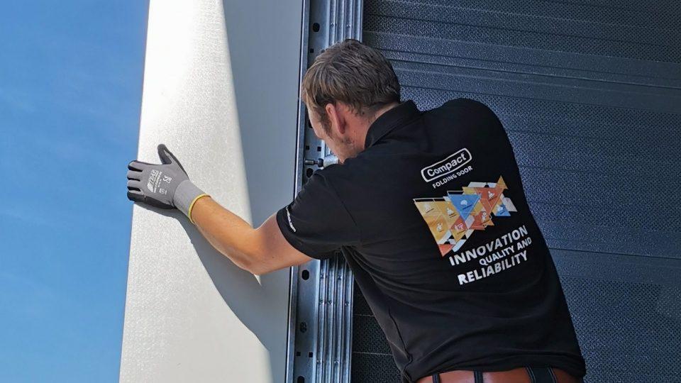 Rolflex installateur place une porte Compact