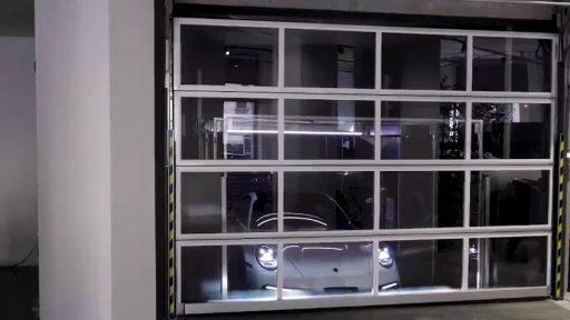 La porte compacte ferme l'ascenseur de voiture d'Ideal Park qui transporte une Porsche