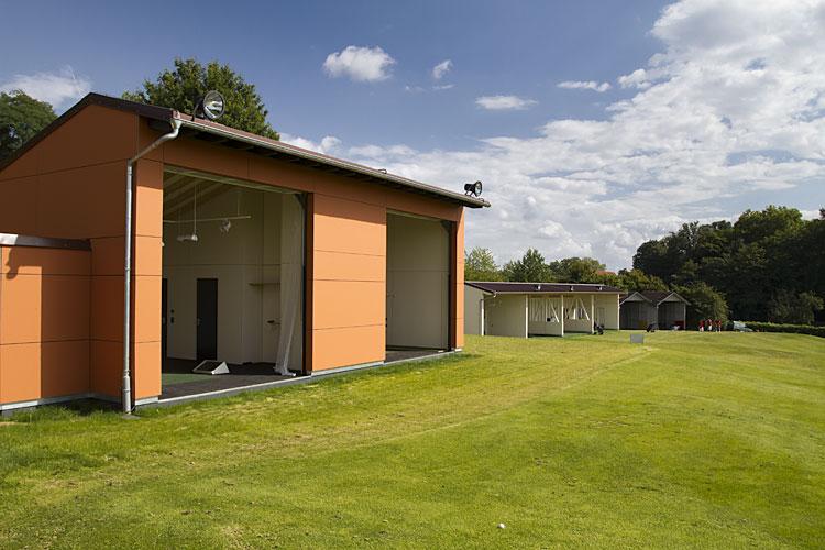 Driving range van golfbaan Heilbronn met Compact vouwdeuren