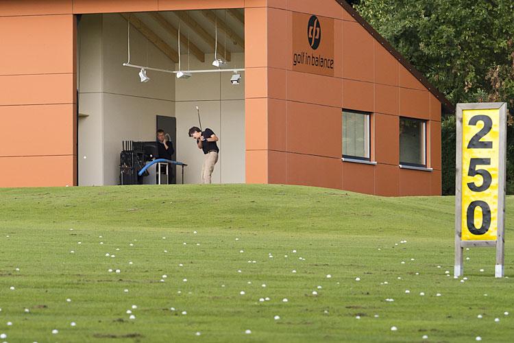 Driving range van golfbaan Heilbronn-Hohenlohe met Compact vouwdeur