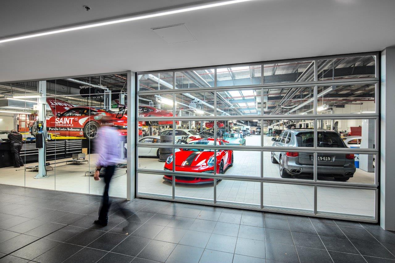 De Porsche-dealer in Melbourne heeft Compact deuren in zijn showroom