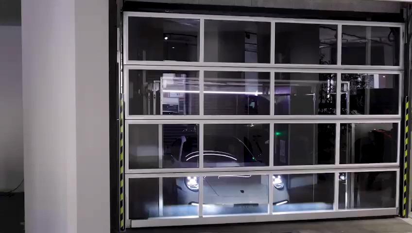 La porta Compact chiude il ascensore per le auto da Ideal Park che trasporta una Porsche