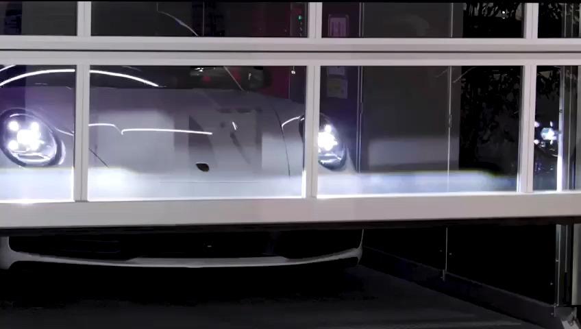 Porsche in ascensore