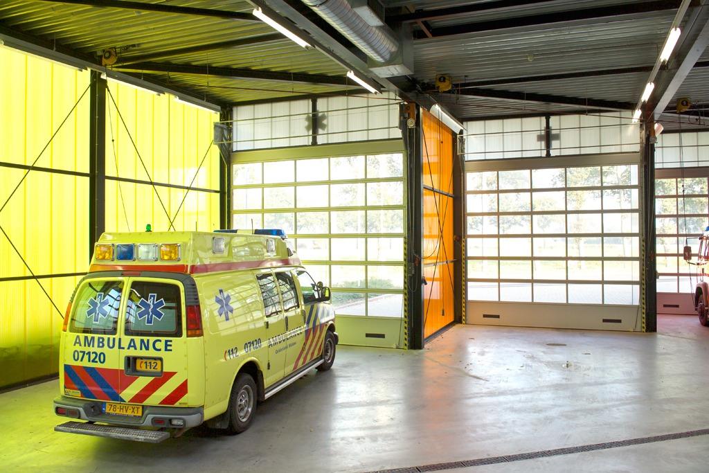 Compact deuren met ventilatieroosters en volledige beglazing voor de ambulance