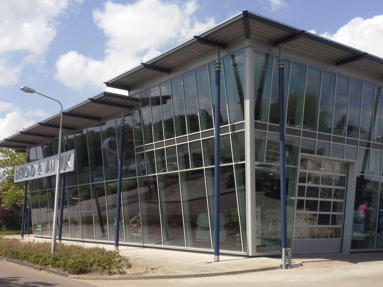 De showroom van Biemond & Wijk Aalsmeer met een schuine gevel.