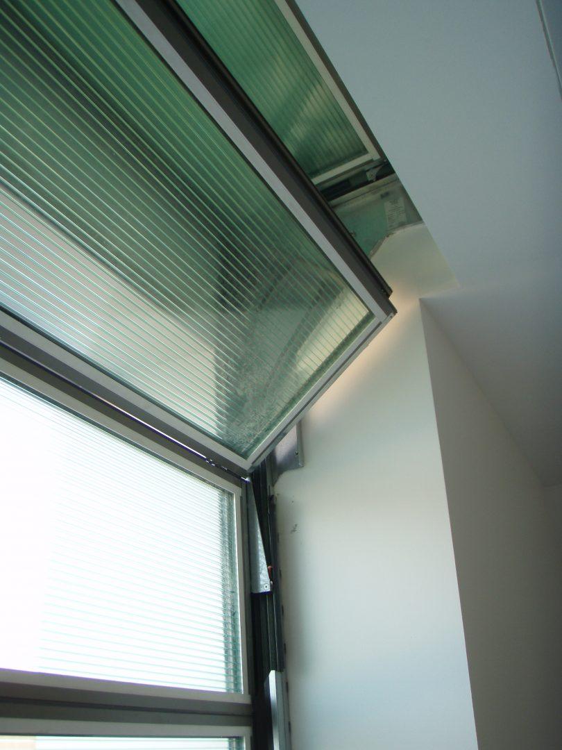 Compact deur volledig verwerkt in het plafond.