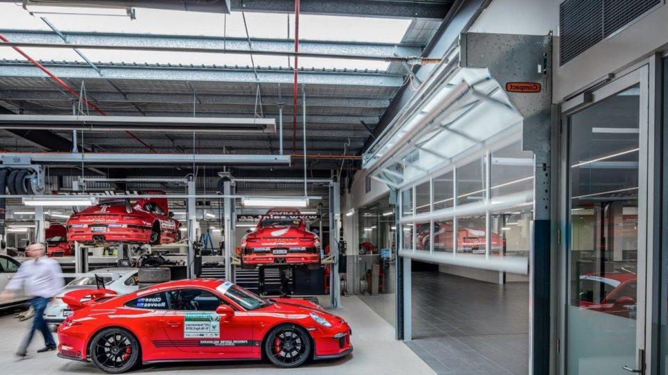 Luxe autodealer kiest voor de Compact bedrijfsdeur van Rolflex