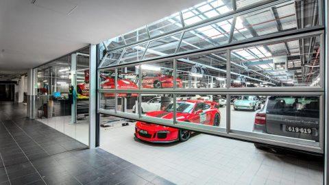 De Compact dealer remax heeft bij deze autodealer in Melbourne vouwdeuren geïnstalleerd
