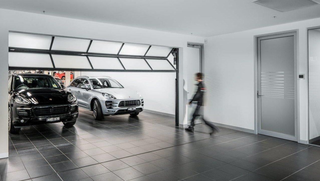 Compact deur in Auto bedrijf