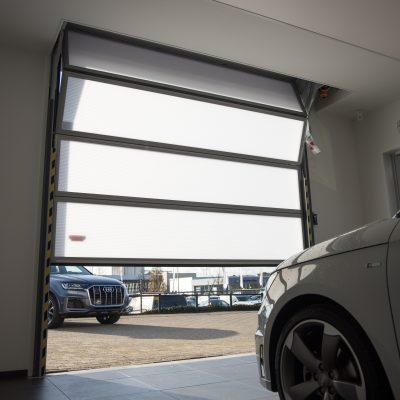 Beter dan een roldeur - garagedeur met semitransparant glas
