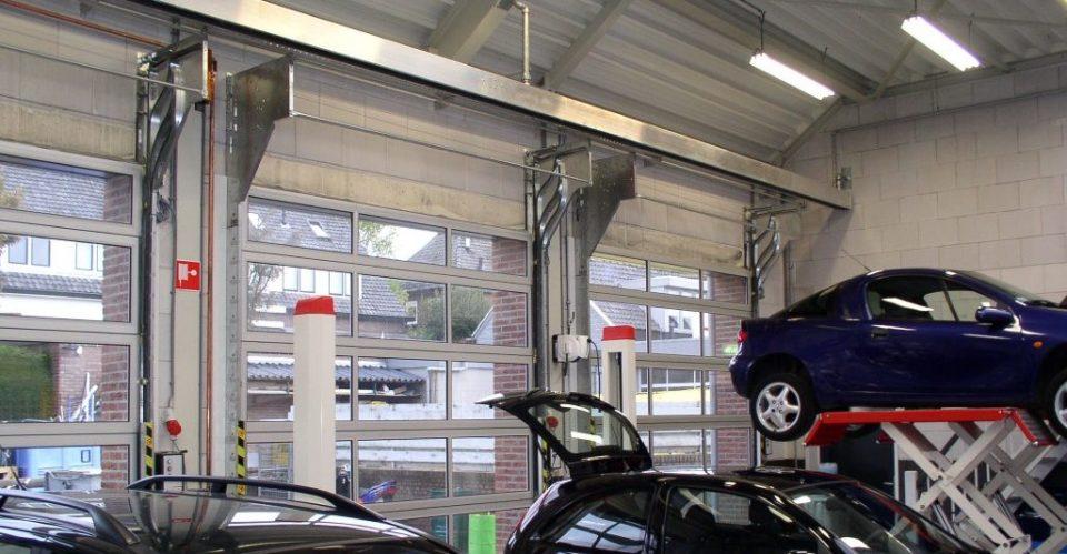 Compact deuren in een autogarage
