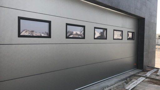 Garagedeur met vierkante ramen