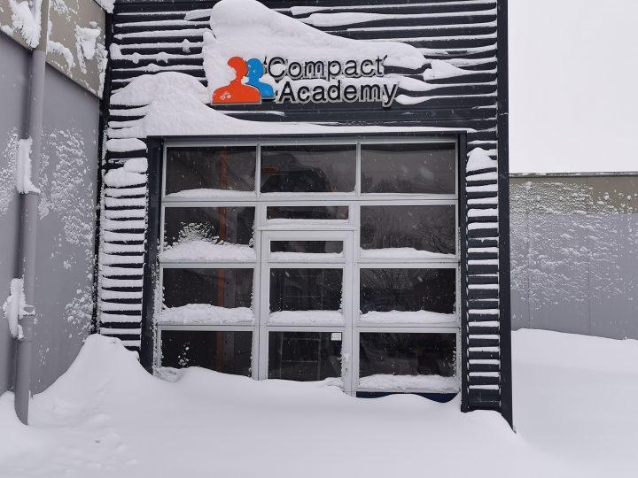 Met sneeuw bedekte Compact deur